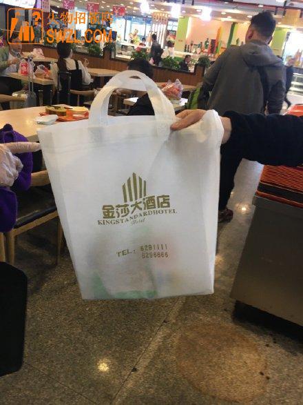 失物招领:好心人在成都东站餐厅拾到白色口袋,里有充电器等东西